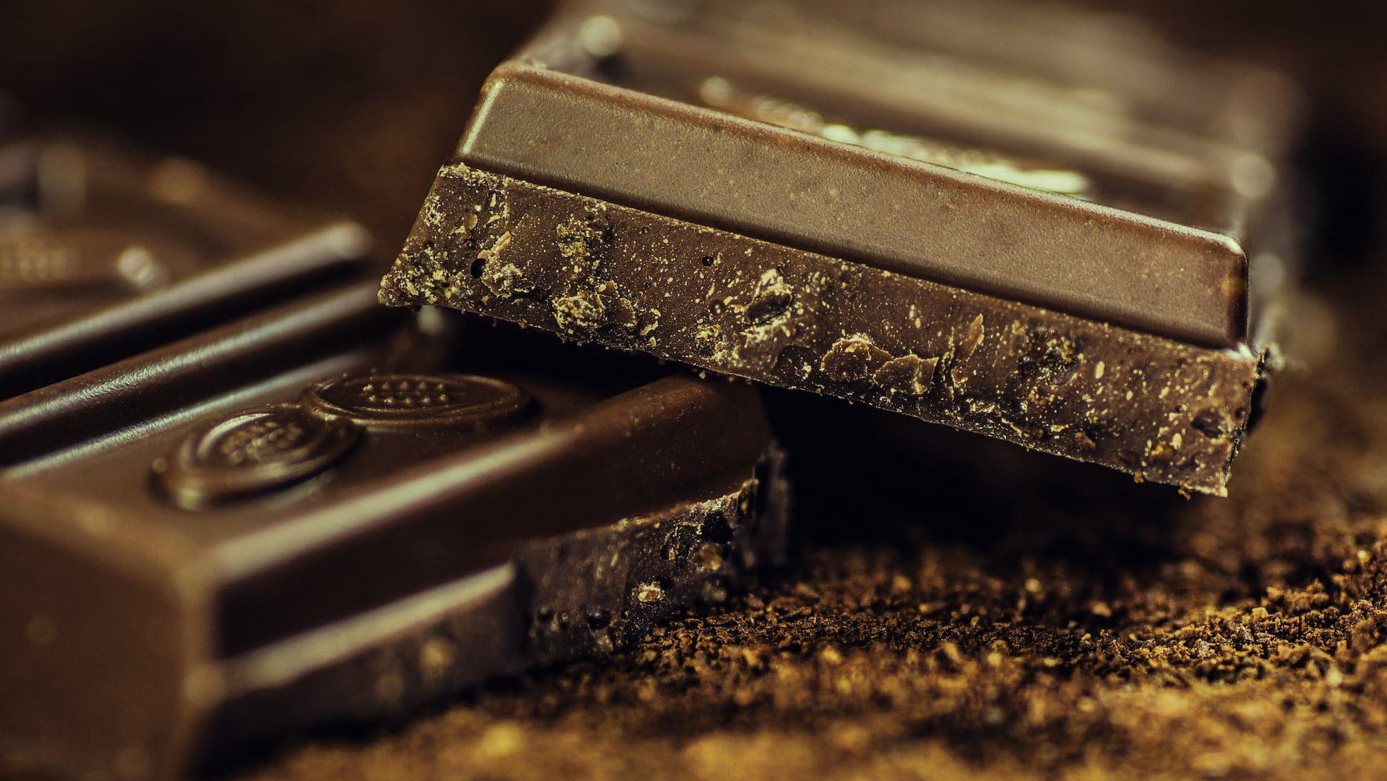 Eten tegen menstruatiepijn; helpt chocolade wanneer je ongesteld bent
