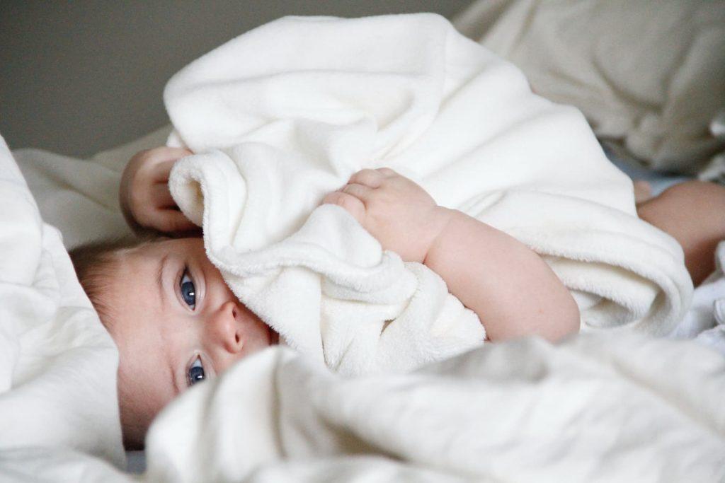 Oorzaken en behandelen van baby acne en pukkeltjes